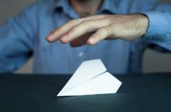 De zakenman beschermt document vliegtuig royalty-vrije stock afbeelding