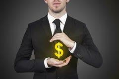 De zakenman beschermt het symbool van het dollargeld stock afbeelding