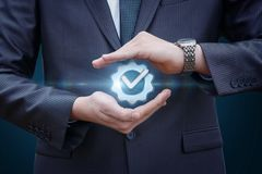 De zakenman beschermt teken de best mogelijke dienst royalty-vrije stock afbeelding