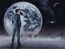 De zakenman bevindt zich bekijkend de maan Stock Afbeelding