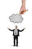De zakenman bevindt zich met opgeheven handen en de grote hand boven dat trekt geïsoleerde wolk, op witte achtergrond stock afbeeldingen