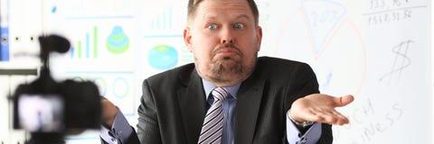 De zakenman blogger gaat liggen online het gillen stock foto