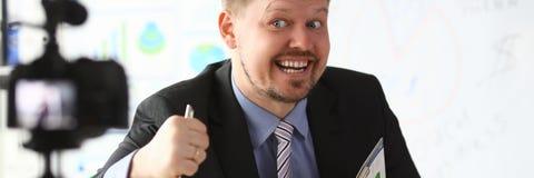 De zakenman blogger gaat liggen online het gillen stock foto's