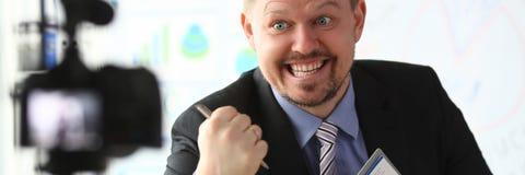 De zakenman blogger gaat liggen online het gillen stock fotografie