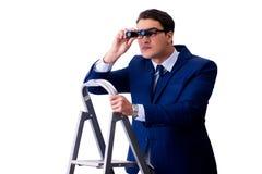 De zakenman boven ladder met verrekijkers royalty-vrije stock foto