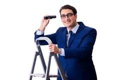 De zakenman boven ladder met verrekijkers royalty-vrije stock fotografie