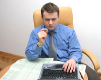 de zakenman controleert gegevens royalty-vrije stock foto's