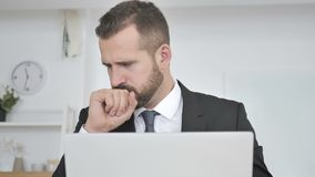 De zakenman Coughing op het Werk, de Hoest en de Keel stijgen stock video