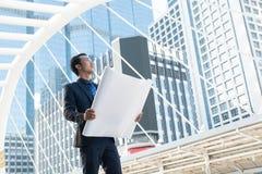 De zakenman of de Architect Survey of het Inspectie Nieuwe Project bij bedriegen Stock Fotografie