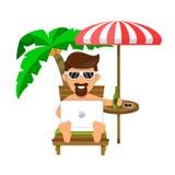 De zakenman of de Freelance mens op strand op een lanterfanter, onder een palm, drinkt bier en het werk Gemakkelijk baanconcept Royalty-vrije Stock Foto