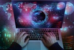 De zakenman die aan laptop computer werken en kijkt investering inter royalty-vrije stock fotografie