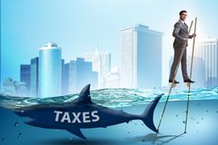 De zakenman die betalend hoge belastingen vermijden stock foto