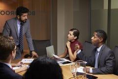 De zakenman die collega's richten op een vergadering, sluit omhoog stock fotografie