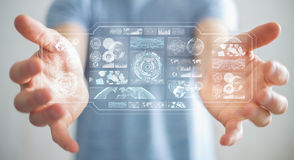 De zakenman die de digitale schermen met 3D hologrammendatas met behulp van geeft terug Stock Afbeeldingen
