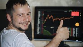 De zakenman die de statistieken van inkomens bekijken en toont duim stock videobeelden