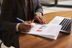 De zakenman die een document, medio sectie voorbereiden, sluit omhoog royalty-vrije stock afbeelding