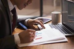 De zakenman die een document voorbereiden, sluit omhoog, zijaanzicht royalty-vrije stock foto