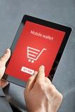 De zakenman die een tablet houden en maakt online het winkelen stock afbeeldingen