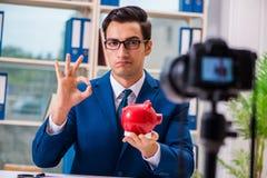 De zakenman die een video voor vlog registreren stock fotografie