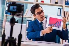 De zakenman die een video voor vlog registreren royalty-vrije stock foto