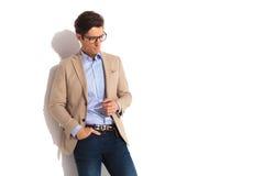 De zakenman die glazen dragen met dient zak in Royalty-vrije Stock Foto