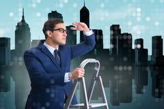 De zakenman die ladder in bedrijfsconcept beklimmen royalty-vrije stock fotografie