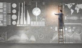De zakenman die ladder in globaal bedrijfsconcept beklimmen stock fotografie