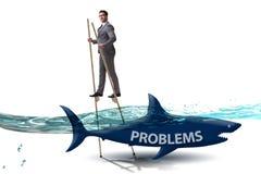 De zakenman die met succes zijn problemen behandelen stock afbeeldingen
