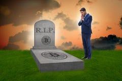 De zakenman die de nalating en de dood van bitcoin rouwen Stock Foto