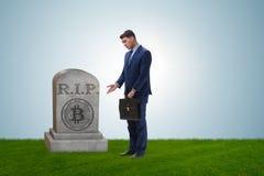 De zakenman die de nalating en de dood van bitcoin rouwen Stock Fotografie