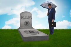 De zakenman die de nalating en de dood van bitcoin rouwen Royalty-vrije Stock Foto's