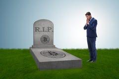 De zakenman die de nalating en de dood van bitcoin rouwen Stock Afbeeldingen