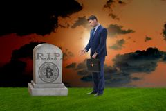 De zakenman die de nalating en de dood van bitcoin rouwen Royalty-vrije Stock Fotografie