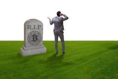 De zakenman die de nalating en de dood van bitcoin rouwen Royalty-vrije Stock Foto