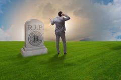 De zakenman die de nalating en de dood van bitcoin rouwen Stock Afbeelding