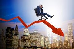 De zakenman die neer op stoel in economisch crisisconcept glijden royalty-vrije stock foto's