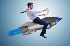 De zakenman die op raket in bedrijfsconcept vliegen stock afbeelding