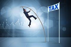 De zakenman die over belasting in het concept van het belastingontwijkingsvermijden springen royalty-vrije stock fotografie