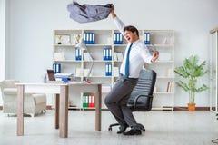 De zakenman die pret hebben die een onderbreking in het bureau nemen op het werk stock foto's