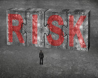 De zakenman die rood risicowoord op reusachtig beton onder ogen zien brengt connec in verwarring Royalty-vrije Stock Afbeelding