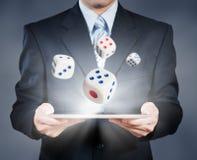 De zakenman die tablet het tonen gebruiken dobbelt, risicobeheer Royalty-vrije Stock Afbeelding