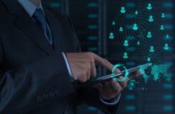 De zakenman die tabletcomputer met behulp van toont Internet en sociale netw Stock Fotografie