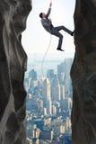 De zakenman die uitdagingen in bedrijfsconcept overwinnen stock foto