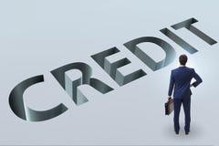 De zakenman die in val van het lenen van schuld en krediet lopen stock foto's