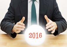 De zakenman die van de fortuinteller toekomst voorspellen Stock Fotografie