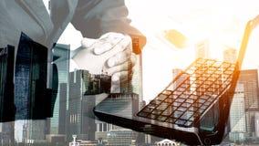 De zakenman die van het succes laptop met behulp van Stock Foto
