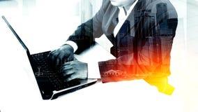 De zakenman die van het succes laptop met behulp van Royalty-vrije Stock Afbeeldingen