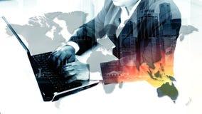 De zakenman die van het succes laptop met behulp van Stock Afbeeldingen
