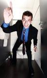 De zakenman die van Nice zich in toilet bevindt Stock Afbeeldingen