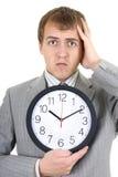 De zakenman die van Shoked een klok houdt Stock Afbeeldingen